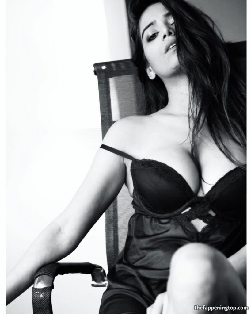 Indian Celebrity Poonam Pandey Shows Her Huge Natural Tits gallery, pic 1